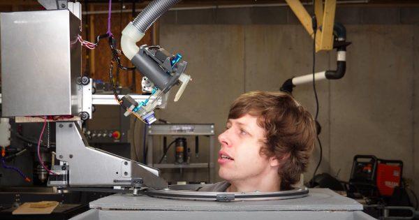 Un ingeniero youtuber desarrolla su propio robot peluquero